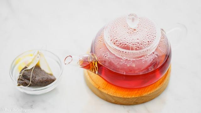 抽出が終わったティーバッグとティーポットに紅茶