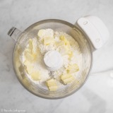 粉類にバターを加える