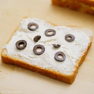 パンにサワークリームを塗った