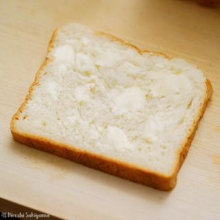 食パンにバターを塗った