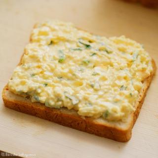 クレソンたまごサラダをパンにのせた