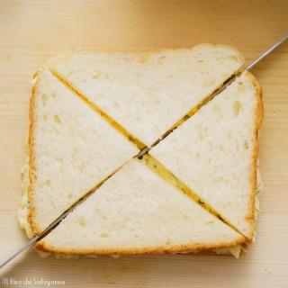 サンドイッチを挟んで斜めに三角形にカットした