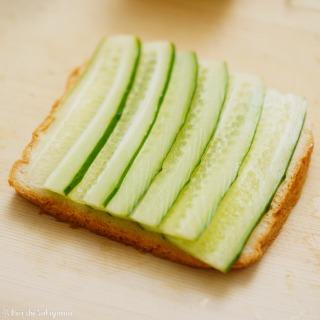 サンドイッチの具材をのせた(きゅうり)
