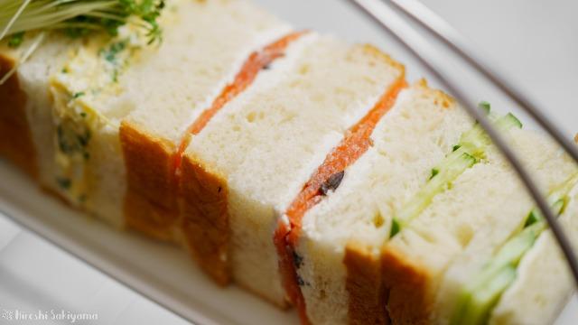 スモークサーモンとサワークリームのサンドウィッチ、ケーキスタンドにて