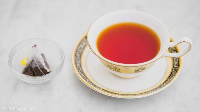 ティーカップとティーバッグで淹れた紅茶とティーバッグ