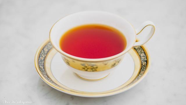 ティーカップとティーバッグで淹れた紅茶を横から