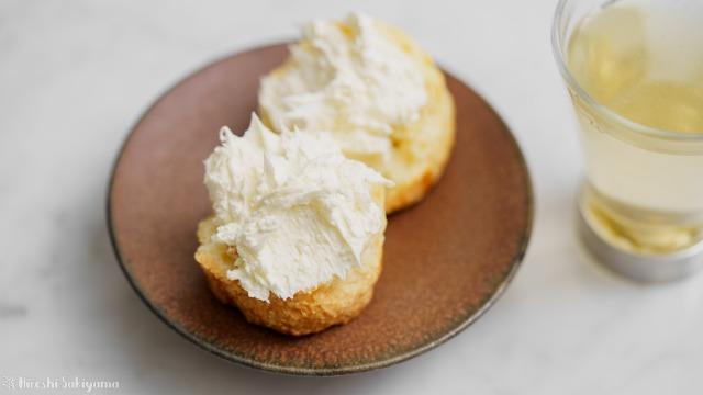 オーブンで作る自家製クロテッドクリームをつけたスコーン