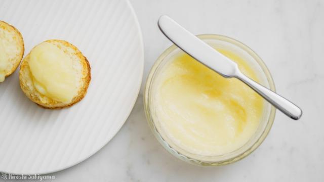 りんごバターとりんごバターを塗ったスコーン