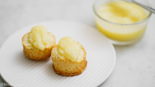 りんごバターを塗ったスコーンとりんごバター