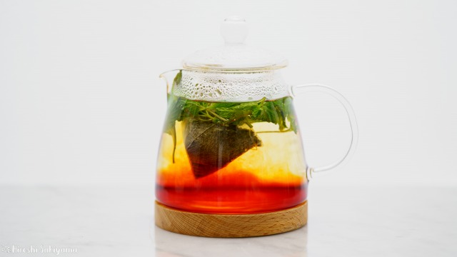 紅茶+ミントのミントティー、抽出中