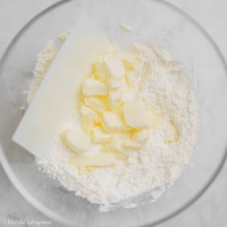 ボウルに粉類・バターを入れた
