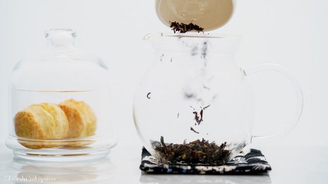 茶葉をティーポットに入れる