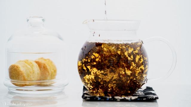 茶葉にお湯を注ぐ