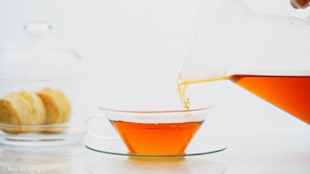 ティーカップに紅茶を注ぐ