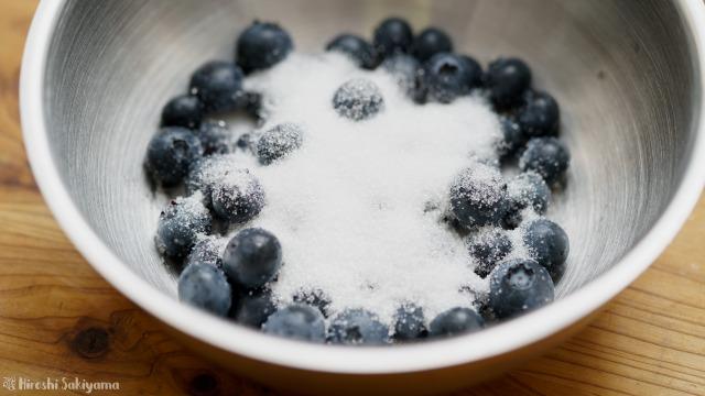 鍋にブルーベリーとグラニュー糖をあわせる