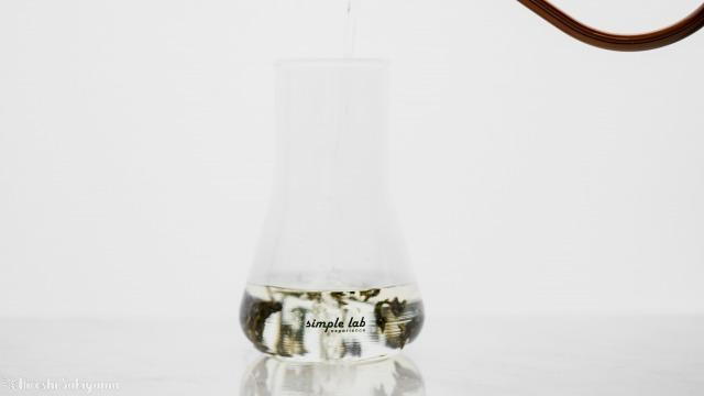 中国茶・台湾茶に少量のお湯出を注ぐ