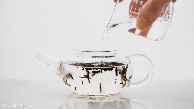 茶葉に水を加える