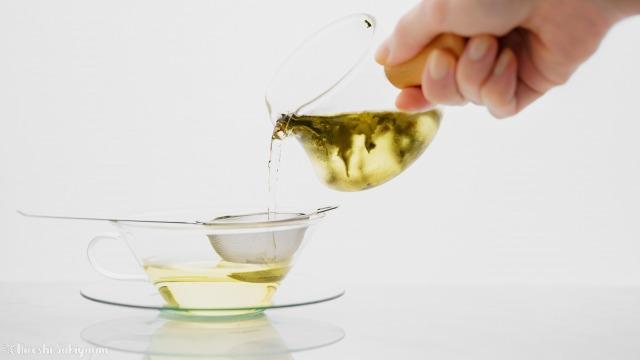 中国茶・台湾茶の水出し冷茶を注ぐ