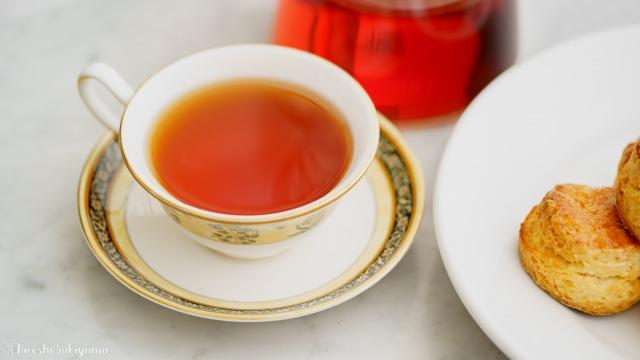 ティーカップに入れた紅茶・スコーン