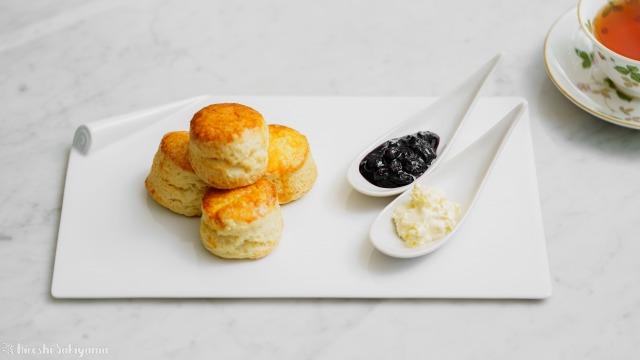 【バター少なめ・卵なし】クリームをつけて美味しいプレーンスコーンと紅茶