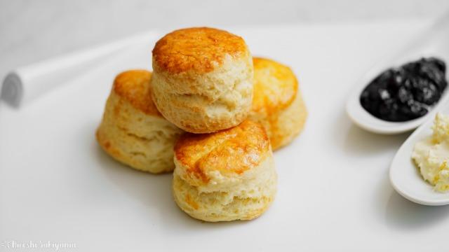 【バター少なめ・卵なし】クリームをつけて美味しいプレーンスコーン、アップ