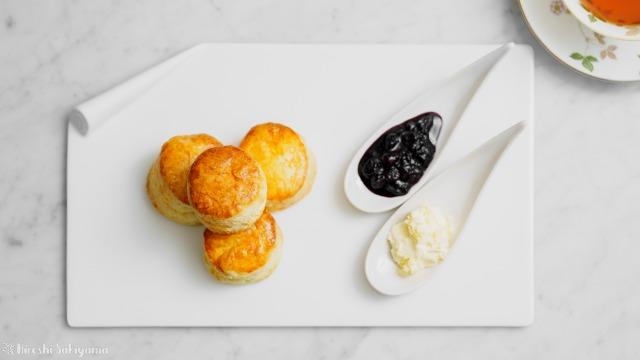 【バター少なめ・卵なし】クリームをつけて美味しいプレーンスコーンと紅茶、上から