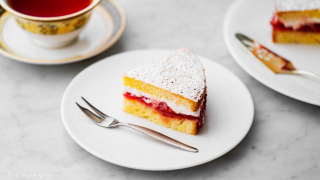 カットしたヴィクトリアサンドイッチケーキ