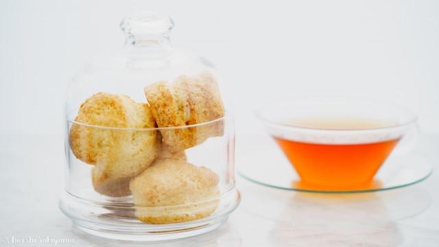 フードドームに入れたスコーンと紅茶