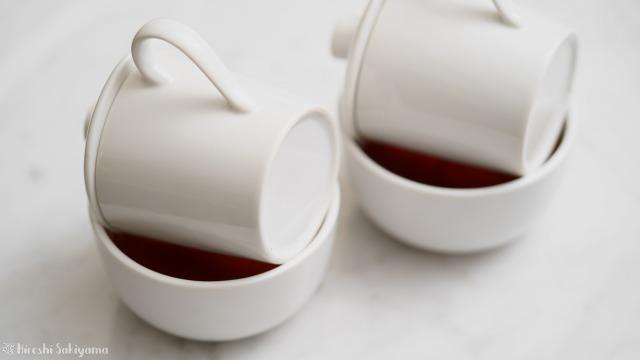 テイスティングカップで紅茶を濾す